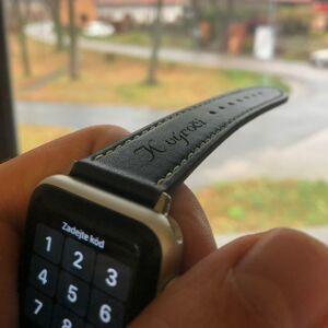"""eses Kožený řemínek 38mm/40mm černý s bílým prošíváním pro Apple Watch s gravírováním """"K výročí"""""""